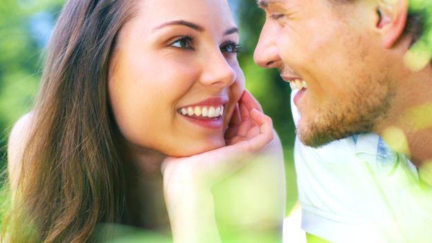 """El """"efecto halo"""" hace que le atribuyamos características positivas a la gente que nos resulta atractiva. GETTY IMAGES"""