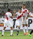 Así festejaron los jugadores peruanos frente a Uruguay. (Foto Prensa Libre: EFE)