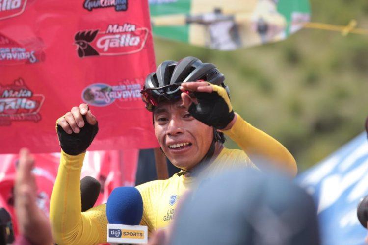 Alfredo Ajpacajá llora de emoción al final de la etapa. (Foto Prensa Libre: Norvin Mendoza).