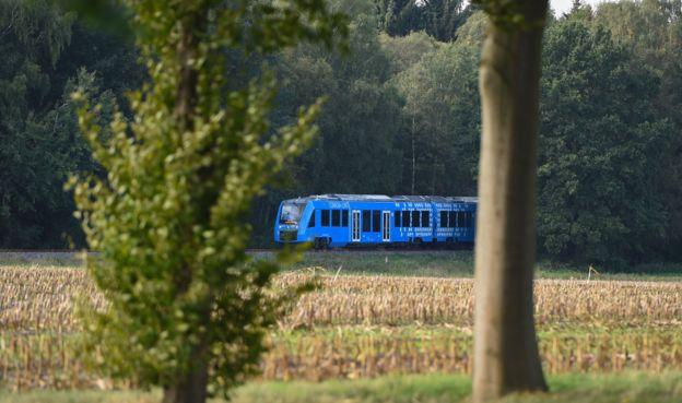 Desde el exterior, el tren de hidrógeno que entró en operación en el norte de Alemania no tiene diferencia alguna con un tren de diésel (Foto Prensa Libre: GETTY IMAGES).