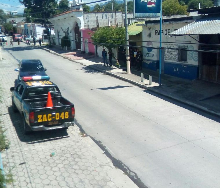 La Policía Nacional Civil cerró la calle donde fue atacado el empresario colombiano. (Foto Prensa Libre: Mario Morales)