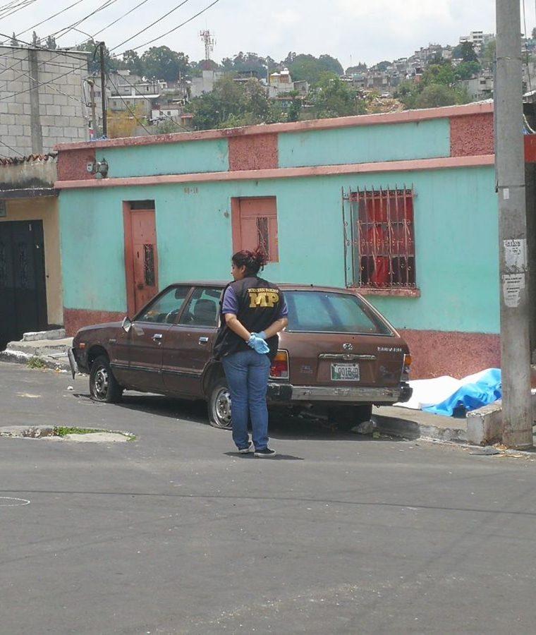 Un joven fue asesinado en la colonia Guajitos, zona 21. Foto Prensa Libre: Estuardo Paredes.
