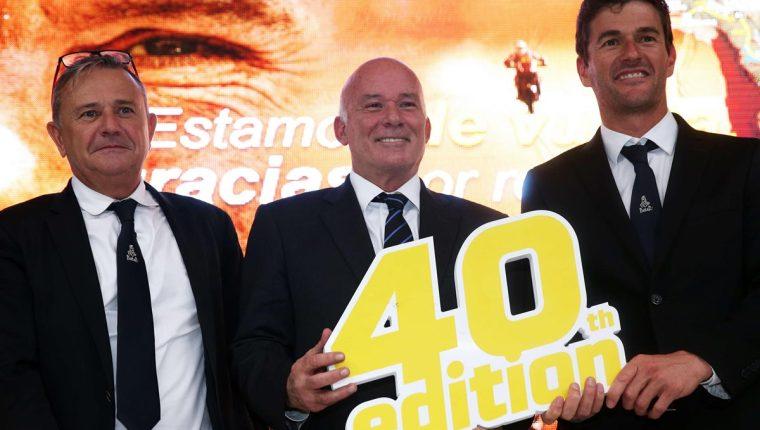 El ministro de Comercio Exterior y Turismo del Perú, Eduardo Ferreyros (c), posa junto al director del Rally, Etienne Lavigne (i), y el director deportivo de la carrera, Marc Coma (d). (Foto Prensa Libre: EFE)