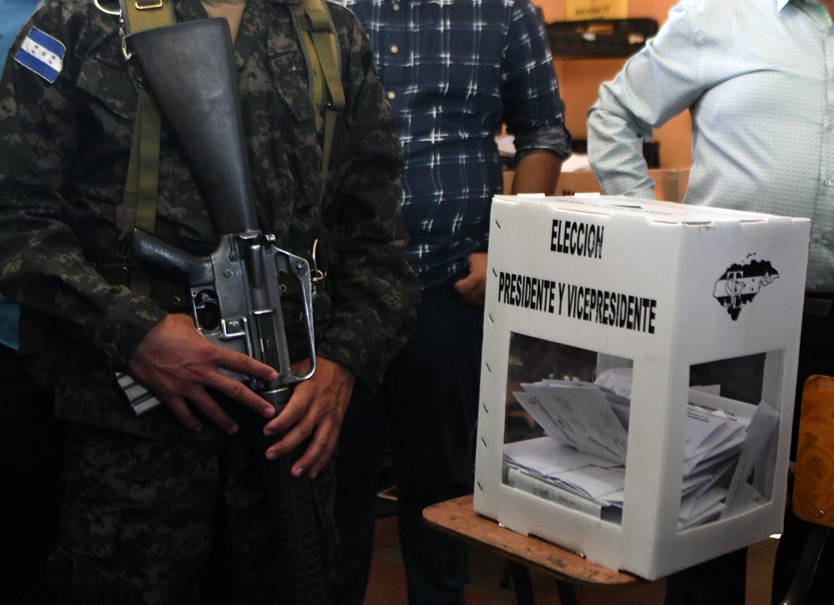 Un soldado custodia una urna electoral durante los comicios de hoy. (Foto: AFP)