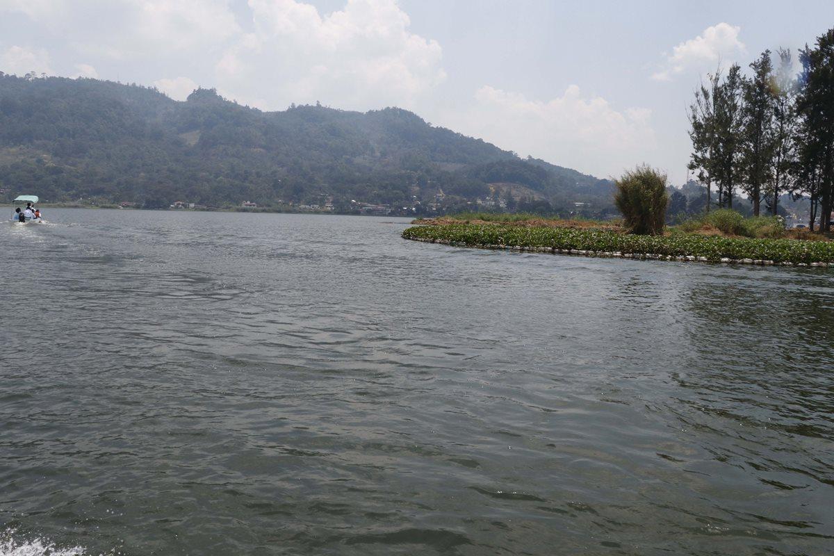 Autoridades limpiaron el 95 por ciento de laguna Chichoj, San Cristóbal Verapaz, afectada por ninfa, algas y desechos sólidos. (Foto Prensa Libre: Eduardo Sam)