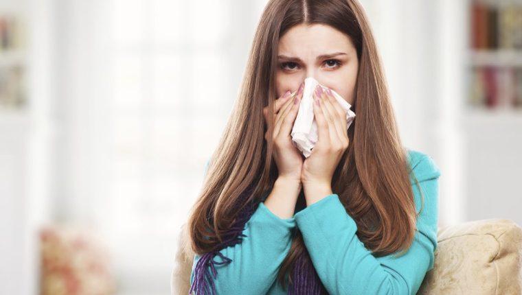 El resfriado común y la influenza tienen síntomas similares, pero los de la última afección son más fuertes.