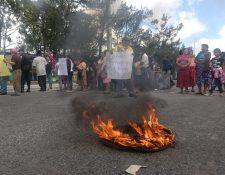 Vecinos del asentamiento El Esfuerzo protestan en el Anillo Periférico y 26 calle, zona 7. Las personas pidieron abastecimiento de agua. (Foto Prensa Libre: Edwin Pitán)