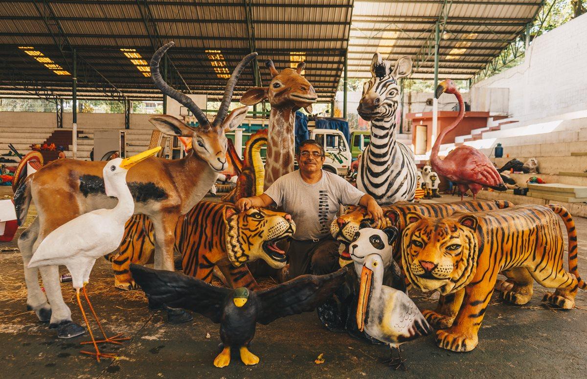 Israel López Rodríguez con una serie de esculturas de su creación que presentará en el 2018. Foto Prensa Libre: Haniel López.