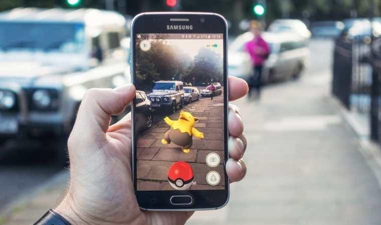 Pokémon Go es un ejemplo de realidad aumentada. GETTY IMAGES
