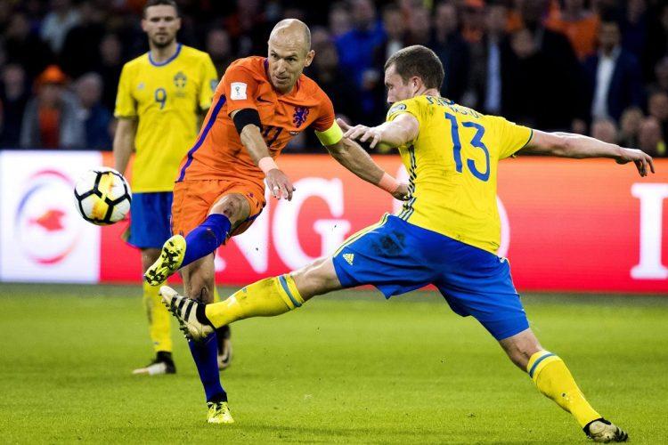 Arjen Robben (i) disputa un balón frente con Jakob Johansson, de Suecia. (Foto Prensa Libre: EFE).