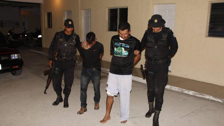 Esvin Ulices Xiru Pérez y Julio Israel Reyes Vásquez fueron detenidos en el barrio La Candelaria. (Foto Prensa Libre: Rigoberto Escobar)