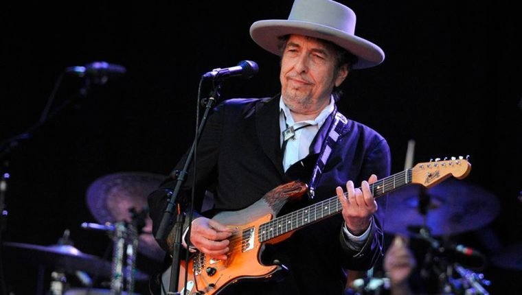Bob Dylan tiene 59 años de trayectoria musical. En este tiempo ha recibido numerosos premios, entre ellos un Pulitzer, la Medalla Nacional de las Artes y el Nobel de Literatura. (Foto Prensa Libre: AFP).