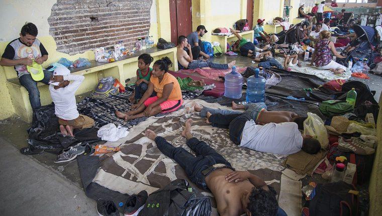 Los migrantes hondureños han enfrentado múltiples inconvenientes en su travesía que los hace sufrir no solo física sino también psicológicamente. (Foto Prensa Libre: EFE)