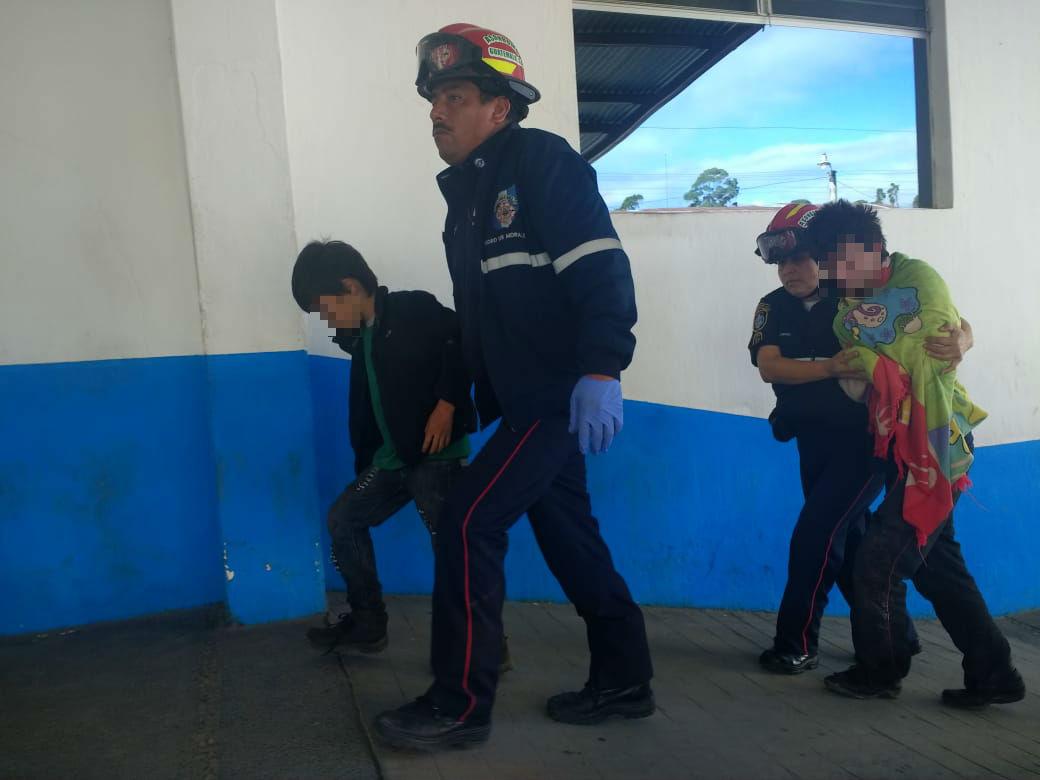 Los niños fueron llevados al Hospital Nacional de Chimaltenango por los Bomberos Municipales Departamentales. (Foto Prensa Libre: Víctor Chamalé)