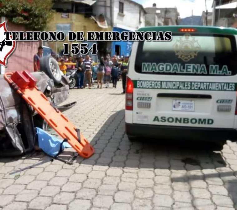 Por fallas en el sistema de frenos, el picop volcó en la zona 1 de Magdalena Milpas Altas, Sacatepéquez. (Foto Prensa Libre: Cortesía CBMD)