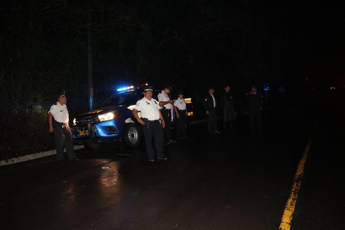 La Policía Nacional Civil resguarda el área de las correntadas. (Foto Prensa Libre: Carlos Paredes)