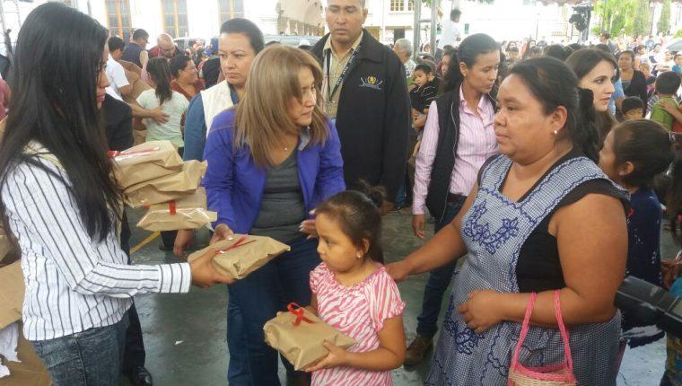 Patricia Marroquín de Morales, esposa del presidente Jimmy Morales, entrega juguetes a niños de San Miguel Dueñas, Sacatepéquez. (Foto Prensa Libre: Renato Melgar)