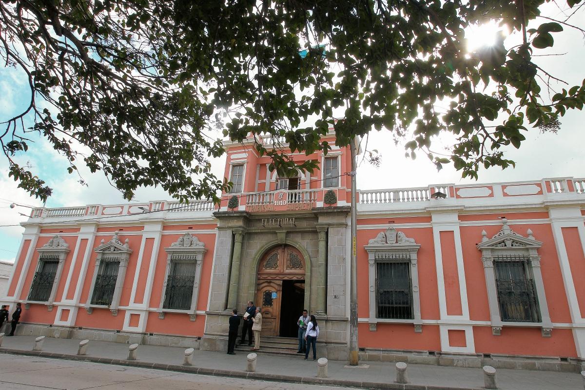Cincuenta y tres políticos no pagan sus multas al TSE