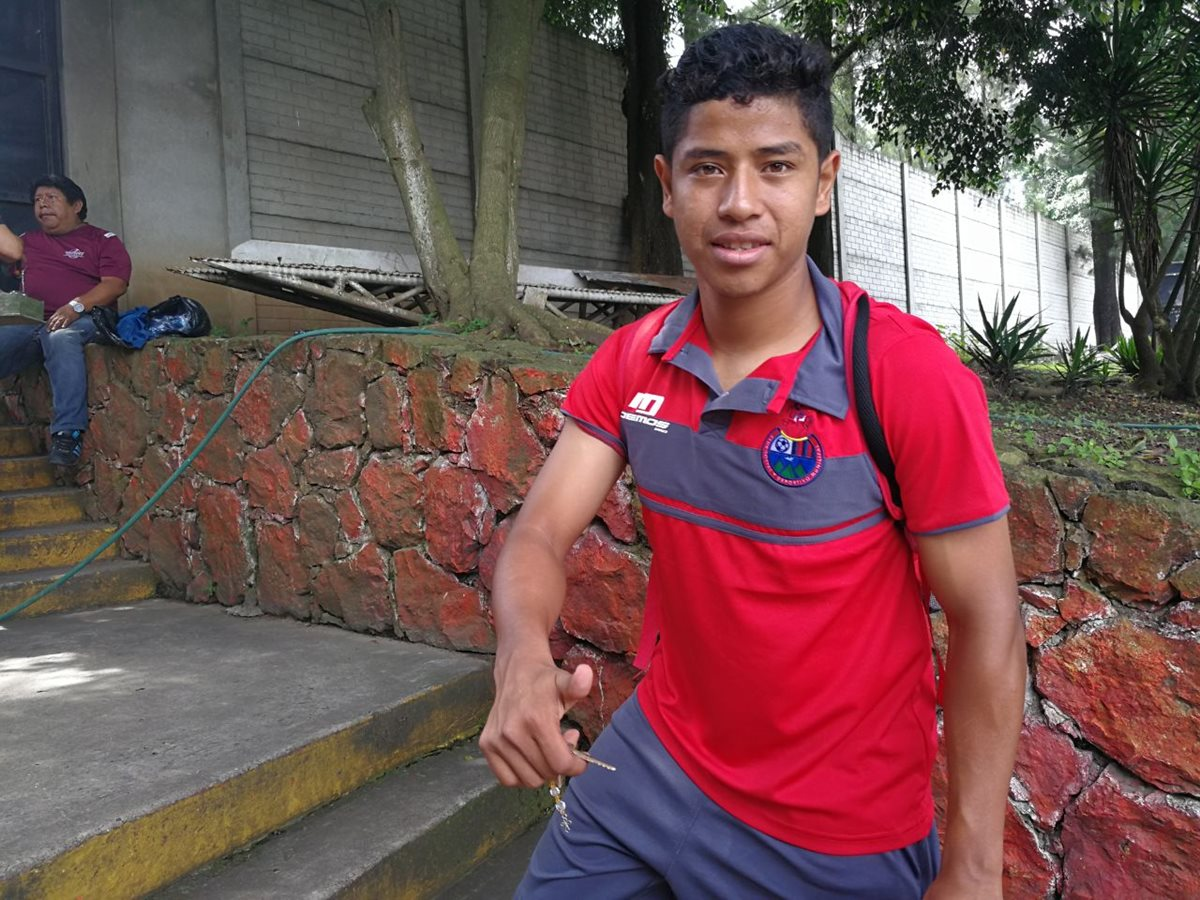 El volante rojo Pedro Altán viajó con Municipal a Quetzaltenango para enfrentar a Xelajú MC. (Foto Prensa Libre: Carlos Vicente)