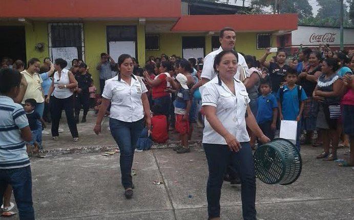 Durante la salida, los maestros fueron abucheados y tuvieron que ser custodiados por agentes de la PNC. (Foto Prensa Libre: Cristian Icó)