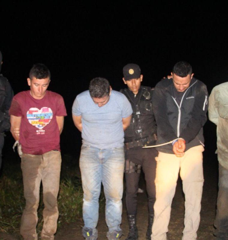 Detenidos cuando intentaban ocultar avioneta. (Foto Prensa Libre: PNC)