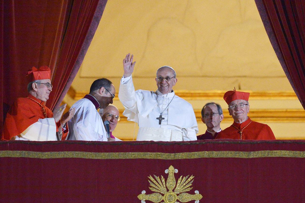 El nuevo papa, Francisco, saluda por primera vez desde el balcón de la Basílica de San Pedro. (Foto: AFP)