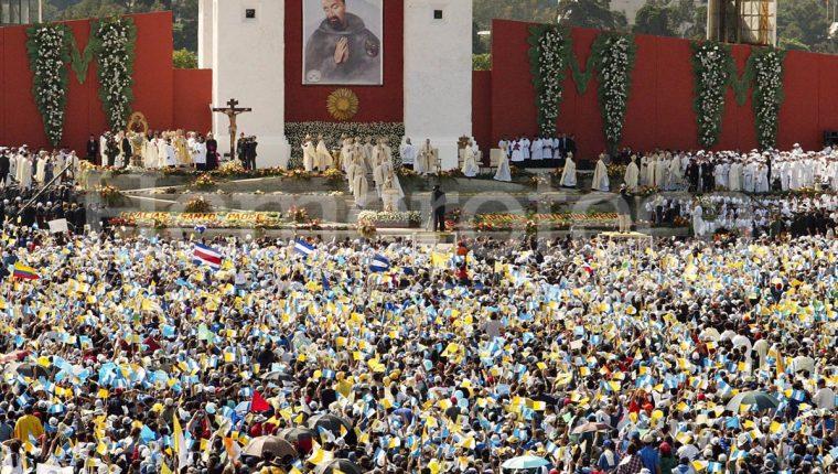 El Papa Juan Pablo II canonizó al Hermano Pedro en 2002. (Foto Prensa Libre: Hemeroteca)