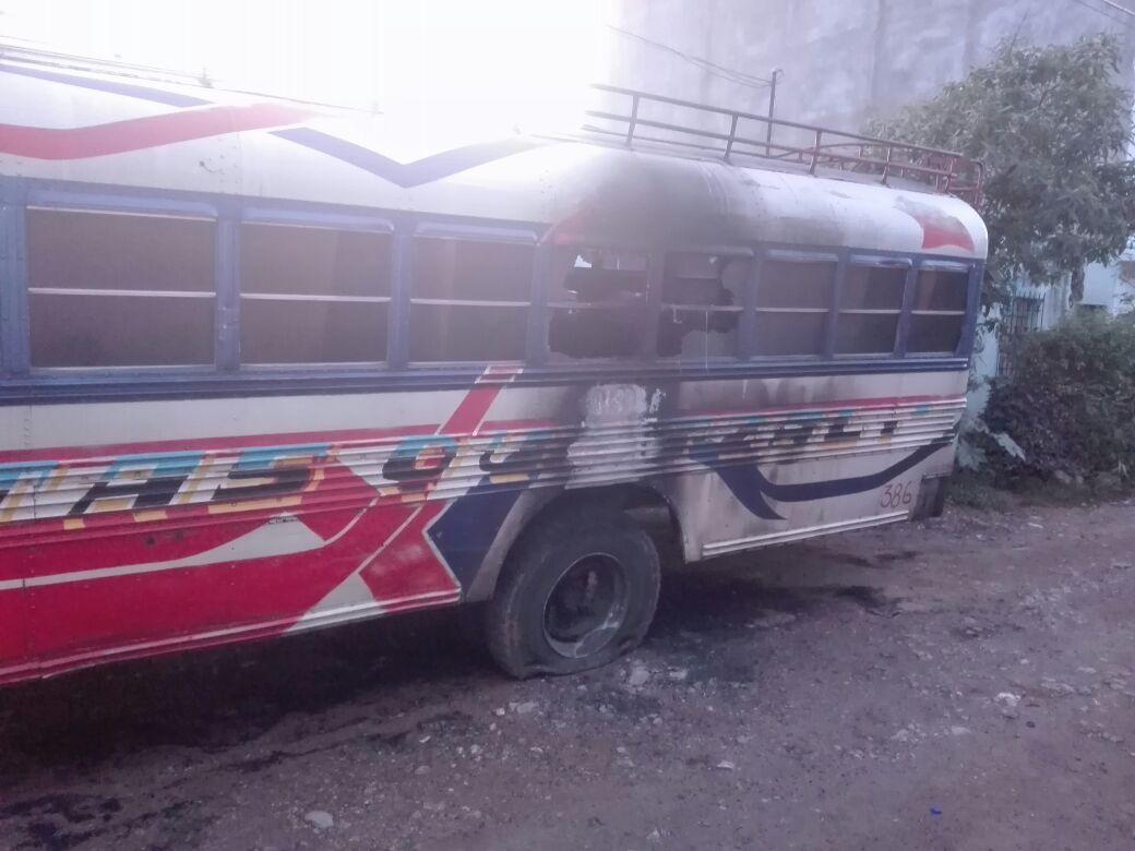 Vecino molesto pudo haber quemado autobús en Ciudad Quetzal