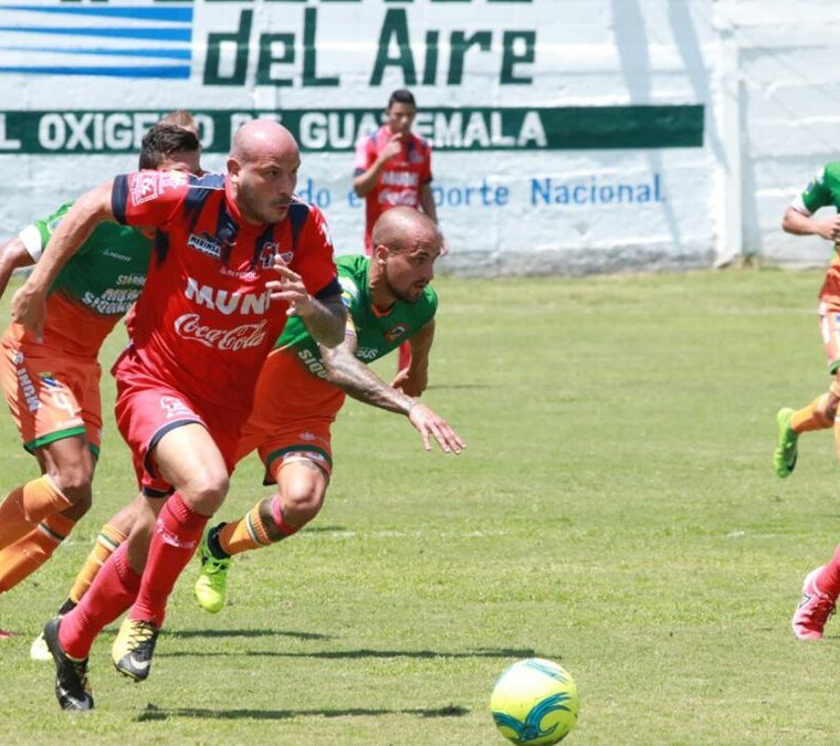 Pablo Mingorance en los últimos minutos tuvo en sus pies el gol del triunfo, pero lo falló.  (Foto Prensa Libre: Cristian Soto)