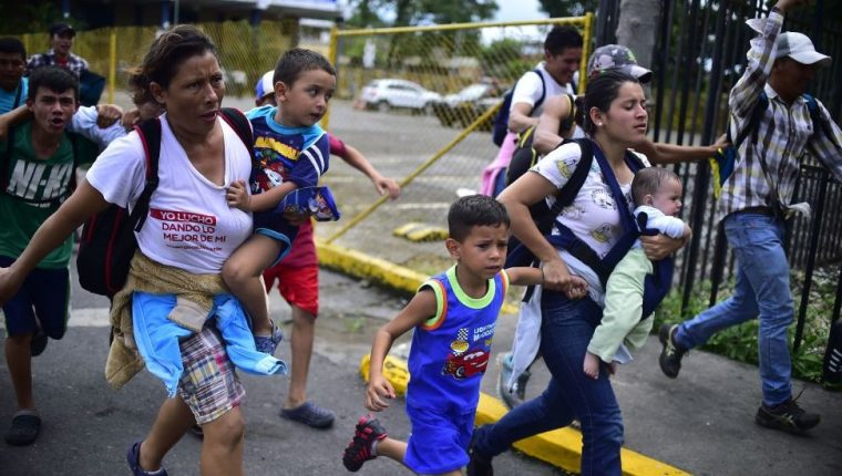 Miles de niños migrantes llegan a diario a EE. UU.  a pedir asilo, muchos llegan solos, otros con sus familias. (Foto Prensa Libre: Hemeroteca PL)