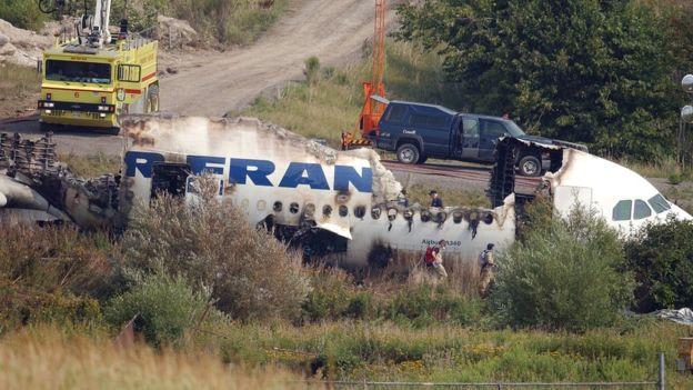 Aunque el avión quedó semidestruido, las 309 personas abordo lograron sobrevivir el accidente. (Getty Images)