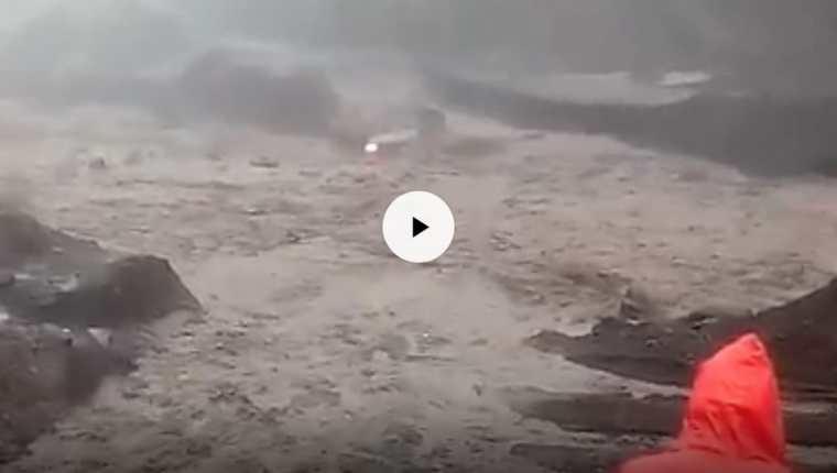 En el video se muestra como los ocupantes de un picop que es arrastrado por un lahar intentan ponerse a salvo. (Foto Prensa Libre: Cortesía)