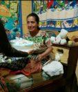 Elda María Zarazúa de Meletz celebra con un pastel sus 53 años, antes de salir de viaje a Santiago Atitlán. (Foto Prensa Libre: Juan Diego González)
