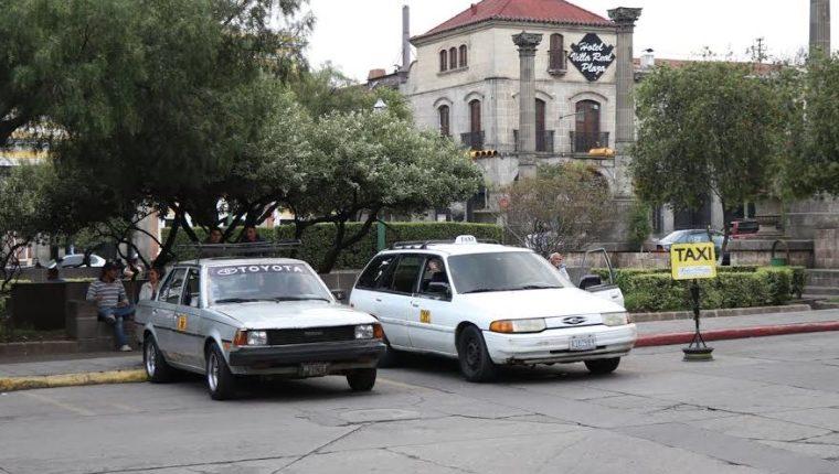 Los taxistas que tienen autorizado estacionarse en el parque central señalaron que están al día en los pagos, pero la municipalidad no les da un contrato vigente. (Foto Prensa Libre: María Longo)