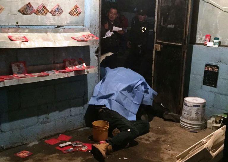 En una venta de discos piratas, ubicada en Plan Grande, zona 10 de Villa Nueva, cuatro hombres perdieron la vida a balazos. (Foto Prensa Libre: CBV)