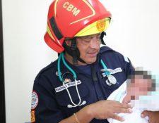 Bomberos cuidaron del infante y la entregaron a la PGN. (Foto Prensa Libre: CBM)