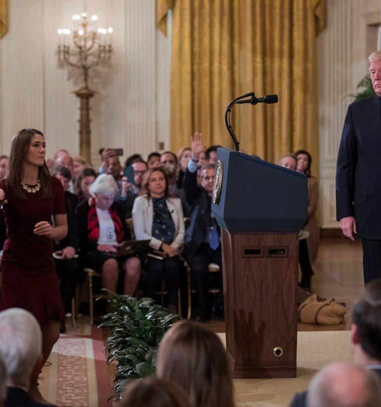 El presidente estadounidense, Donald Trump (d), increpa a Jim Acosta (i), corresponsal de la CNN en la Casa Blanca, durante una rueda de prensa en la Casa Blanca. (Foto Prensa Libre: EFE)