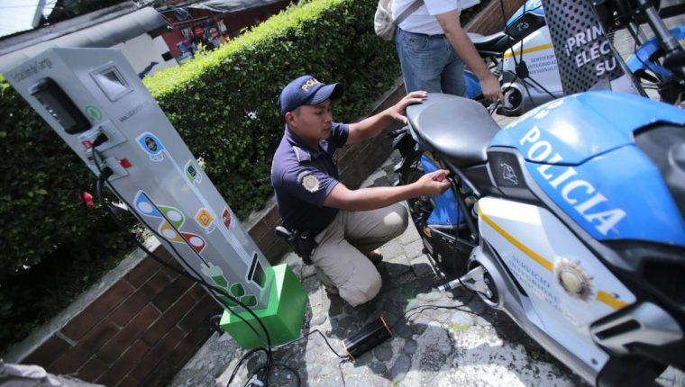 El cargador para motos y carros eléctricos tiene un botón de pánico para que los peatones alerten si son víctimas de algún hecho delincuencial.(Prensa Libre: Cortesía PNC)