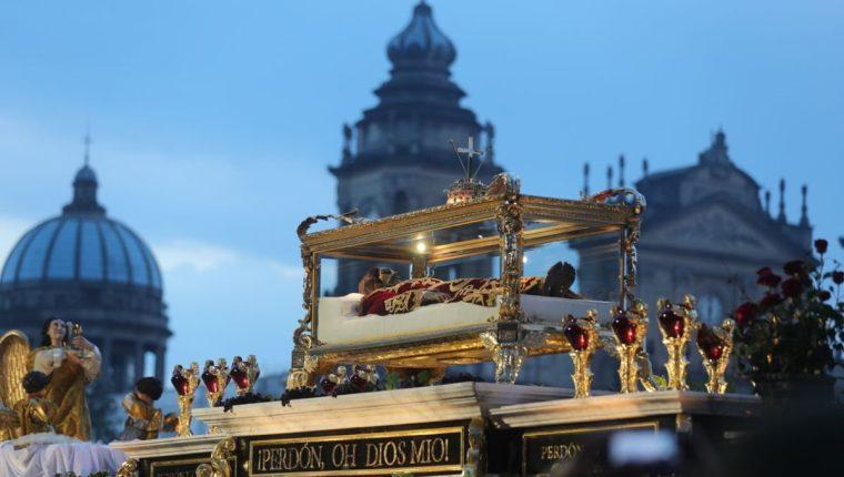 Miles de personas participan en los cortejos procesionales que recorren el Centro Histórico de la capital. (Foto Prensa Libre: Estuardo Paredes)