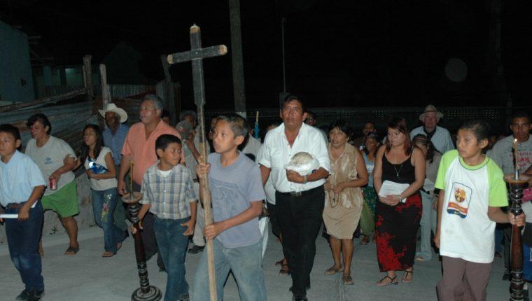 La procesión de las Tres Santas Calaveras es una tradición propia de San José Petén. (Foto Prensa Libre: Rigoberto Escobar)
