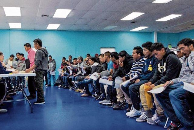 Guatemaltecos en el extranjero llegan al consulado móvil, en Miami, Florida, a solicitar su documento Personal de Identificación (DPI). (Foto Prensa Libre: Hemeroteca PL)