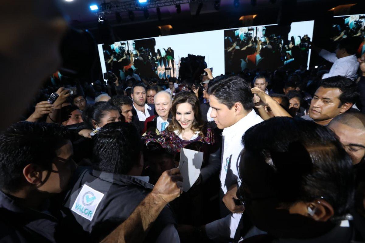 Posterior a ser proclamados Zury Ríos Sosa y Roberto Molina Barreto dieron declaraciones a la prensa. (Foto Prensa Libre: Erick Ávila)
