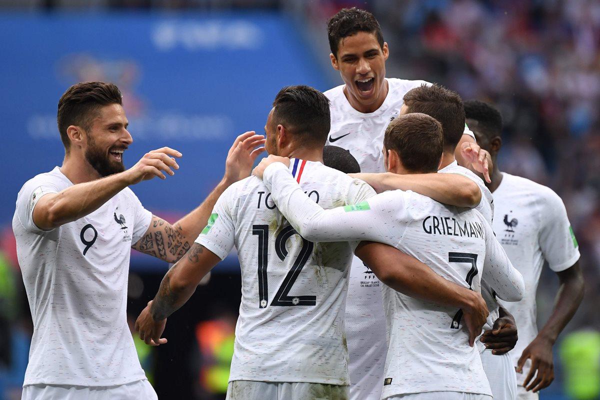 Los jugadores de Francia festejan después del gol de Antoine Griezmann. (Foto Prensa Libre: AFP)