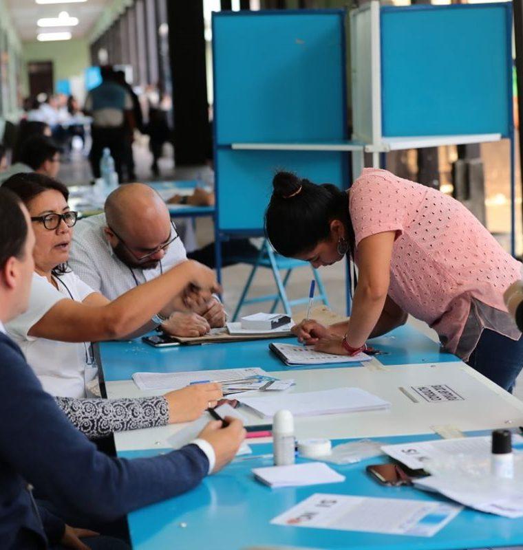 Una mesa de votación en el Instituto para Señoritas Belén, zona 1. (Foto Prensa Libre)