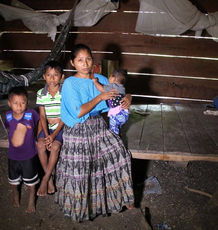 Claudia Maquín junto a sus hijos Angela Sucely, 6 meses, Audel Jonathan, 9, y Elvis Aquiles, 5, ten su humilde vivienda, en San Antonio Secortez, la remota aldea de Raxruhá, Alta Verapaz.  (Foto Prensa Libre: Eduardo Sam Chun)