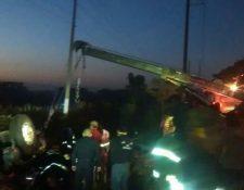 Grúa retira camión accidentado en Escuintla. (Foto Prensa Libre: Enrique Paredes).