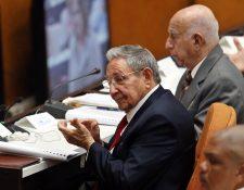 El presidente de Cuba, Raúl Castro, asiste junto al segundo secretario del Partido Comunista de Cuba, José Ramón Machado, a la sesión del parlamento, que será la encargada de elegir al próximo presidente de la isla. (Foto Prensa Libre: EFE)