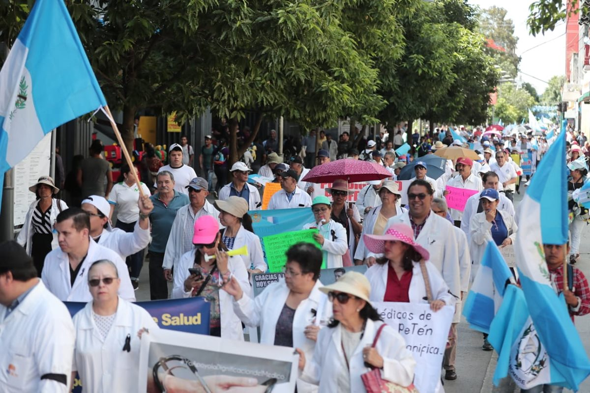 Los médicos lucharon por 80 días por el incremento salarial, en una propuesta hecha por el Ministerio de Salud pretendía que el ministro y sus viceministros también obtuvieran el incremento. (Foto Prensa Libre: Hemeroteca PL)