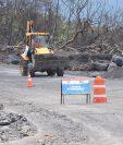 Las lluvias han ocasionado que lahares bajen por las barranca Las Lajas y por la zona cero, lo que atrasa los trabajos de limpieza que realiza Covial en la RN 14. (Foto Prensa Libre: Enrique Paredes)