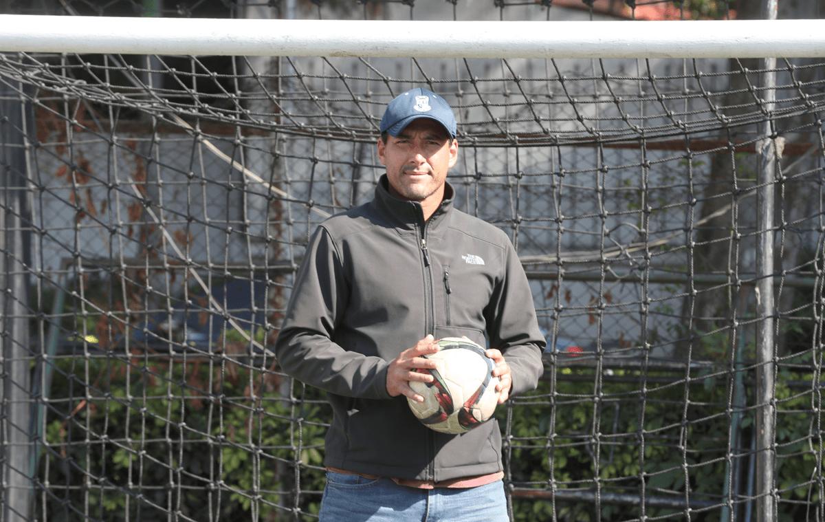Luis Pedro Molina ha consagrado su vida al futbol y es un incansable portero de mil batallas. (Foto Prensa Libre: Edwin Fajardo)